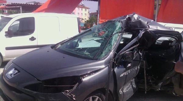Otomobiliyle Refüje Çarpan Sürücü Öldü