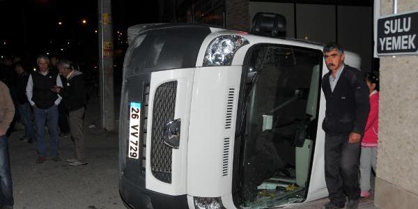 Otomobille Çarpişan Minibüs Devrildi: 8 Yarali