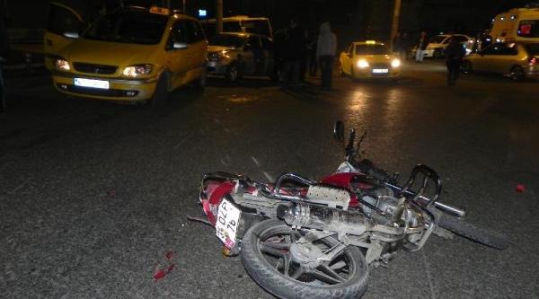 Otomobille Çarpişan Motosikletteki 2 Kişi Yaralandi