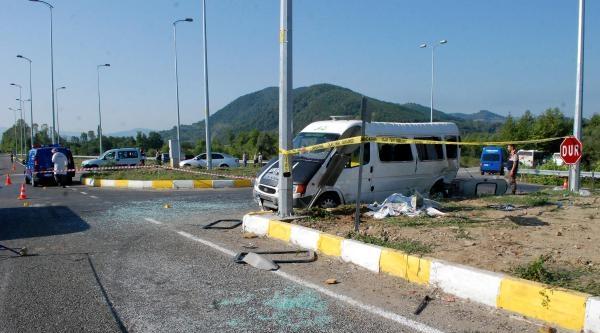 Otomobille İşçi Servisi Çarpişti: 1 Ölü, 12 Yaralı