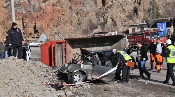 Otomobille Kamyonet Çarpişti: 3 Ölü, 2 Yarali