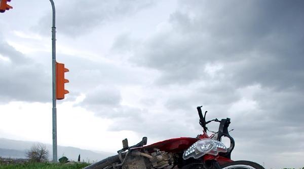 Otomobille Motosikletle Kavşakta Çarpişti: 1 Ölü, 1 Yaralı