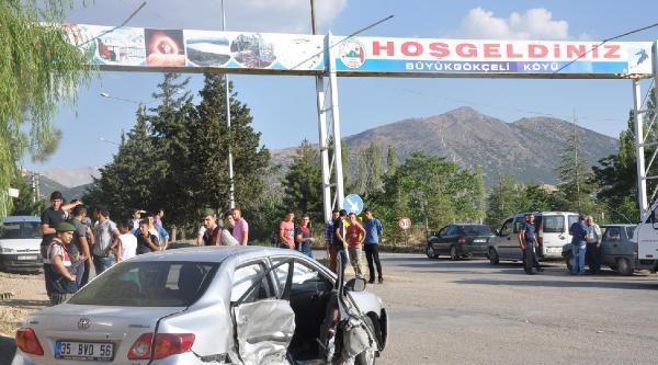 Otomobiller Kavşakta Çarpişti: 1 Ölü, 9 Yaralı