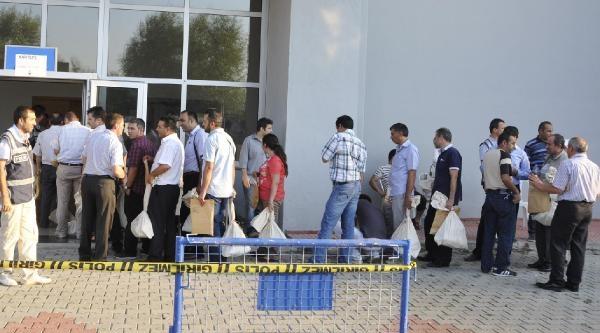 Oy Pusulaların Getirildiği Salonda Uzun Kuyruklar Oluştu