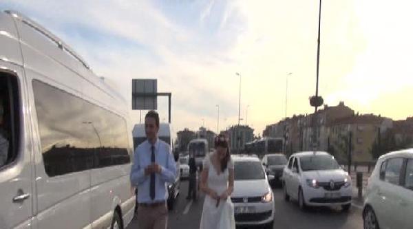 (özel) Trafikte Kalan Gelin-damat Yürüyerek Düğüne Yetişmeye Çalişti