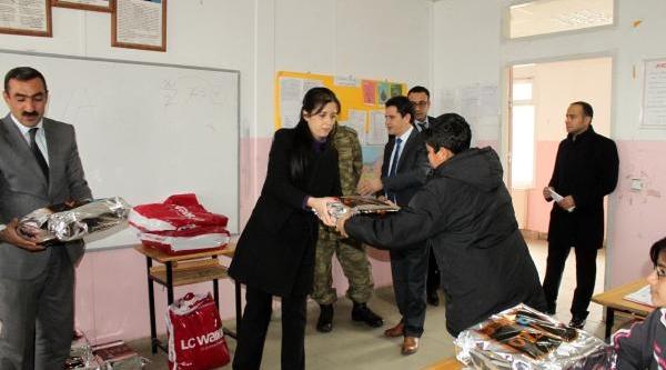 Özlem Öğretmen, Köydeki Çocuklari Kişlik Giysilere Kavuşturdu