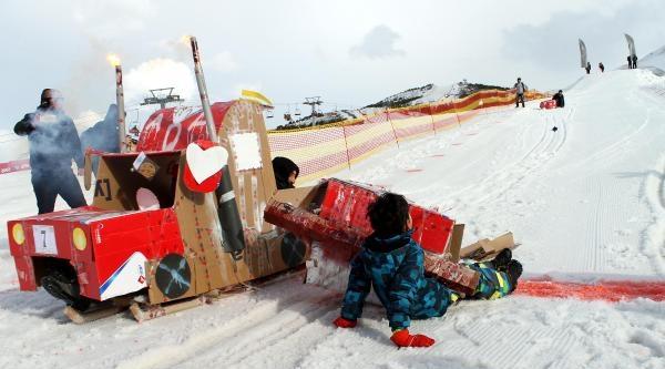 Palandöken'de Karton Kızak Yarışı