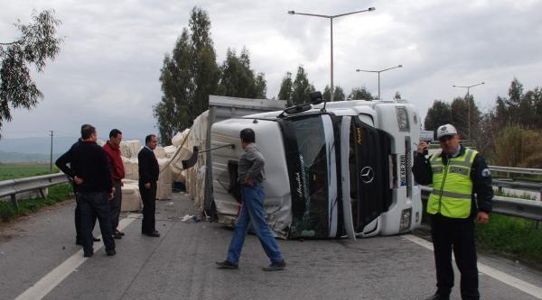 Pamuk Yüklü Tır Devrildi, Sürücü Yaralandı