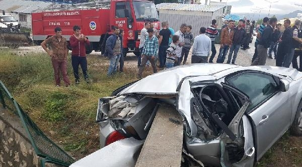 Pamukova'da Otomobil Duvara Çarpti: 3 Yaralı
