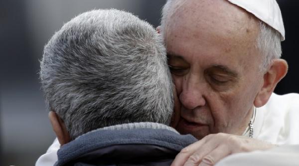 Papa Bu Kez De Yüzü Olmayan Adama Sarildi