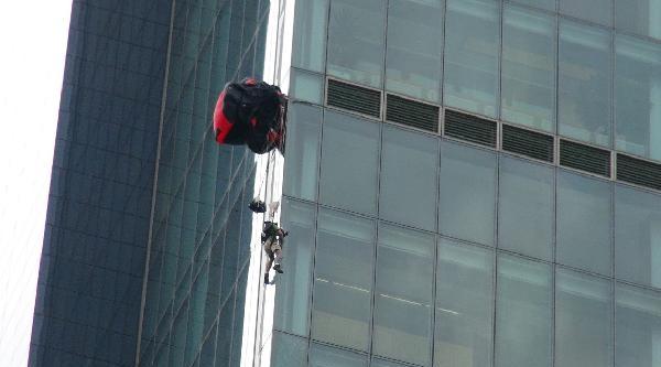 Paraşütçü Gökdelende 40 Dakika Asılı Kaldı
