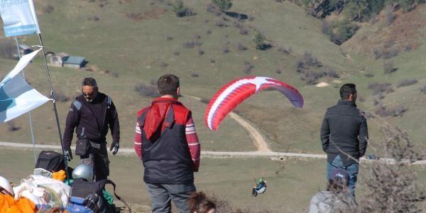 Paraşütle Abant'tan Havalandilar