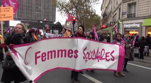 """Paris'Te  """"Kadina Şiddete Hayir"""" Yürüyüşü"""