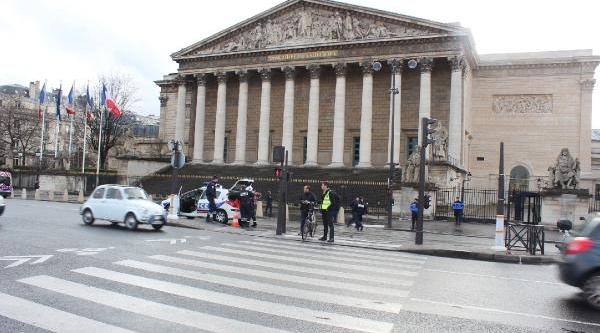 Paris'te Meclis Önüne Bir Kamyon Saman Döktü / Fotoğraflar