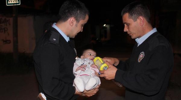 Parka Bırakılan Bebeğe Polis Şefkati