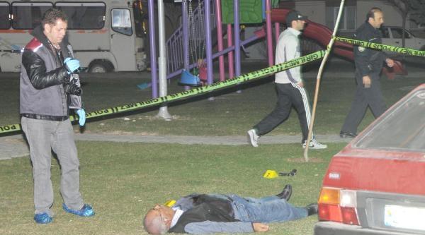 Parkta, Yanında Av Tüfeğiyle Ölü Bulundu