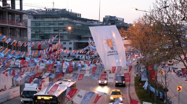 Parti Bayrakları Ve Flamalar Toplanıyor