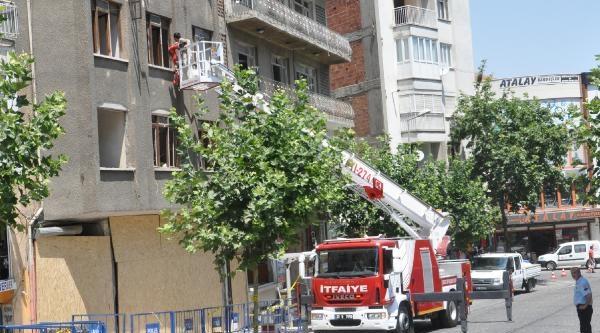 Patlama Olan Binadaki Eşyalarını İtfaiye Çikartti