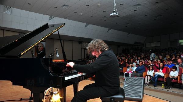 Piyanist Uğurlu'dan Van'da 'çay Molası' Konseri