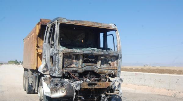 Pkk, Muş'ta Asfaltlama Yapan Araçları Yaktı