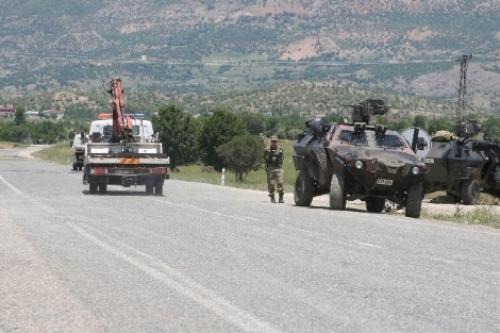 PKK Yandaşları Diyarbakı-Bingöl Yolunu Ulaşıma Kapattı...