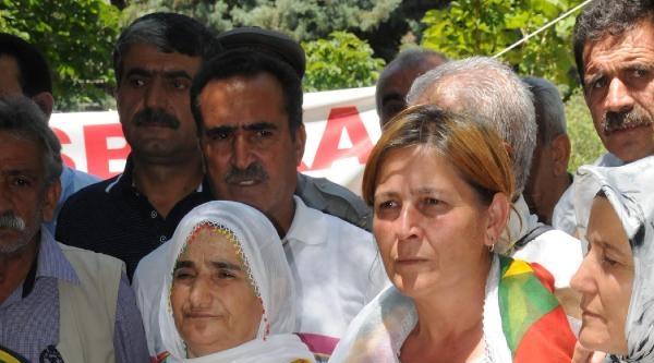 Pkk'ya Katılan 'kırmızı Fularlı Kız'ın Annesi Diyarbakır'da Oturma Eyleminde