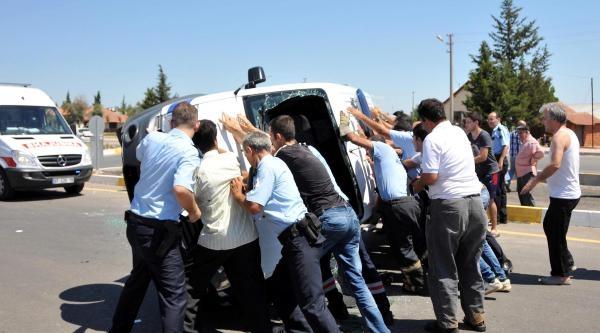 Polis Aracı Otomobille Çarpişti: 2 Polis Yaralı