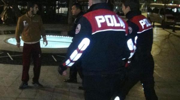 Polis Biçakli Saldirgani Havaya Ateş Ederek Yakaladi