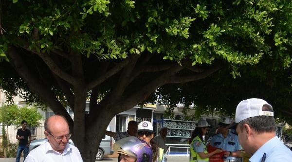 Polis, Bisiklet Ve Motosikletlilere Reflektörlü Yelek Dağıttı