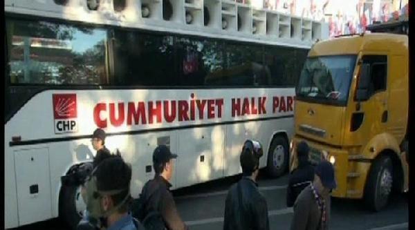 Polis Chp Otobüsünü Çekiyor, Engel Olmak İsteyenler Gözaltına Alındı