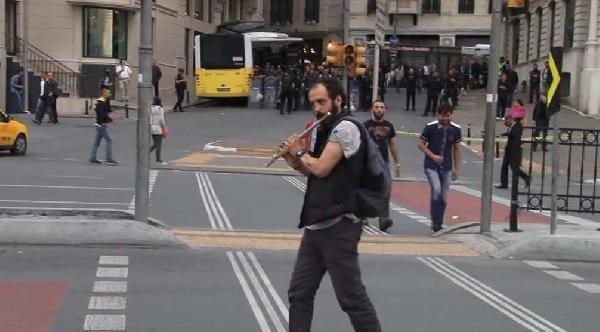 Polis Eylemcileri Kovaladı, O Yan Flüt Çalarak Protesto Etti