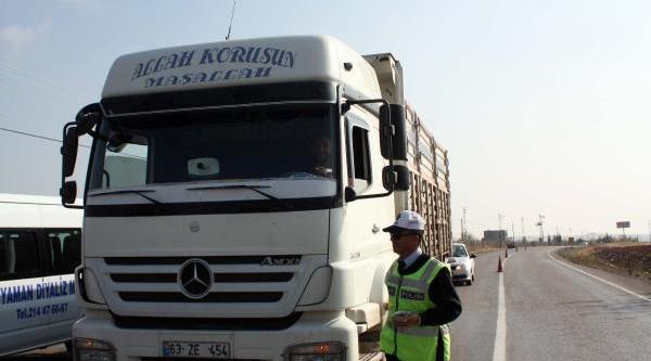 Polis Kemer Ve Hiz Uyarisi Yaptiği Sürücülere Aşure Dağitti