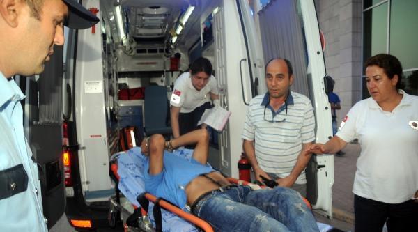 Polis Merkezindeki Bayrağı İndirmeye Çalişinca Bacağından Vuruldu