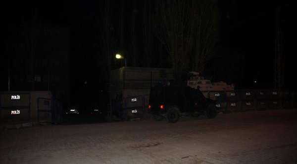 Polis Merkezinin Bahçesine El Yapimi Patlayici Attilar