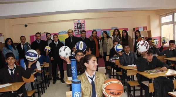 Polis Müdürü, Sebahat Tuncel'den Aldığı Tazminatla Şirnakli Öğrencilere Kırtasiye Malzemesi Gönderdi