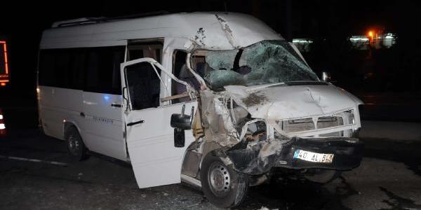 Polis Okulu Öğrencilerini Taşiyan Minibüs Beton Mikseriyle Çarpişti:  6 Yarali