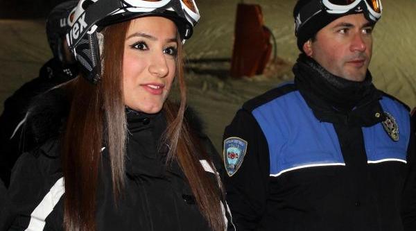 Polis, Üniversite Öğrencilerine Kayak Öğretiyor