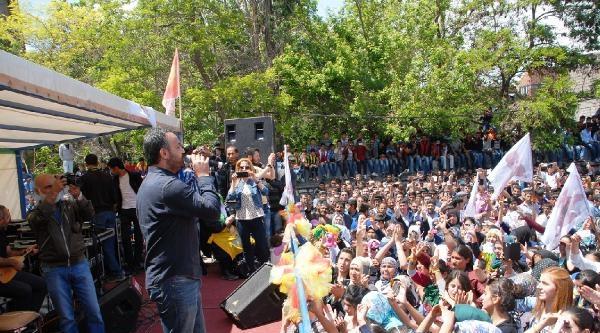 Polise Taş Atan Göstericileri Hdp İlçe Başkanı Dağıttı