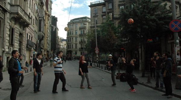 Polisi Voleybol Oynayarak Protesto Ettiler