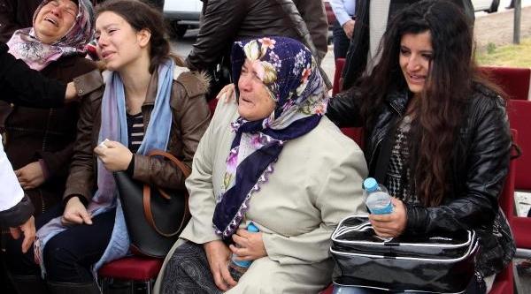 Polisin Cenaze Töreninde Annesi Ve Kizi Yürek Dağladi