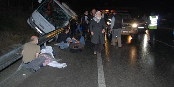 Polisin Cenazesini Taşiyan Midibüs Devrildi: 19 Yarali
