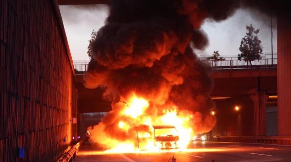 Polisin Kovaladığı Minibüs Alev Alev Yandı