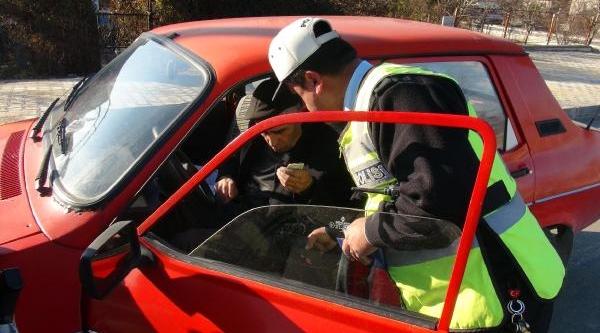 Polisin Uyarip Gönderdiği Sürücüler 500 Metre Sonra Yine Emniyet Kemersiz Yakalandi