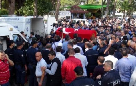 Polisler Cenazede Eylem Yaptı...