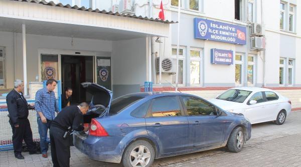 Polisten Kaçan Otomobilde 10 Bin Paket Kaçak Sigara