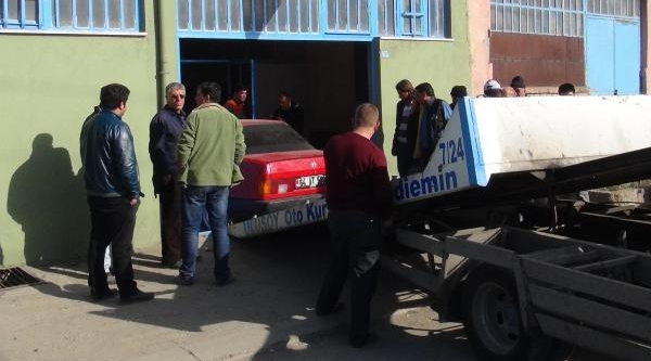 Polisten Kaçan Ve Işyerine Giren Otomobilden Esrar  Çikti