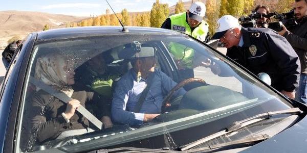 Polisten Sürücülere Çifte Emniyet Kemeri Uyarisi