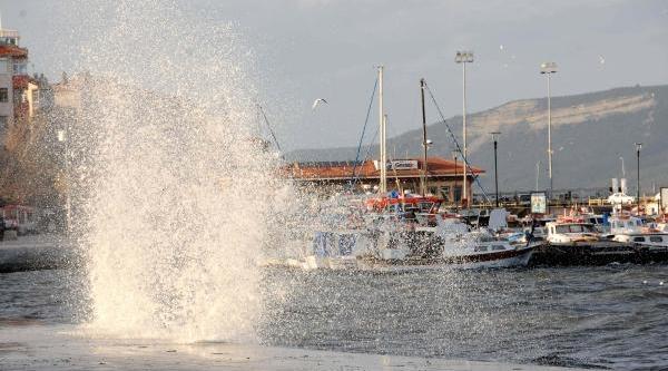 Poyraz, Çanakkale'de Deniz Ulaşimini Aksatiyor