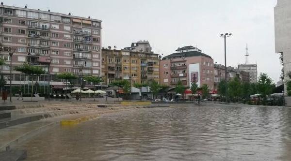 Priştine'de Şiddetli Yağmur Yağdı