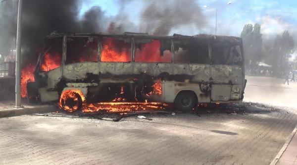 Protesto İçin Otobüs Yaktılar